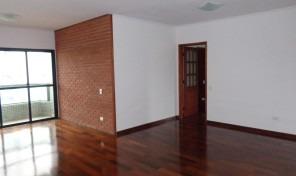 Lindo apartamento reformado, amplo em uma ótima localização.Rua Bem Tranquila.